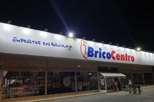 Forrado de fachadas para BricoCentro en panel sandwich y rotulación en composite