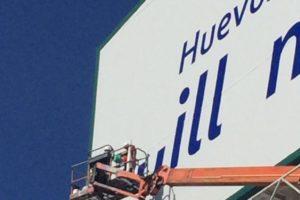 Fachada con rotulación en vinilo para Grupo Huevos Guillén