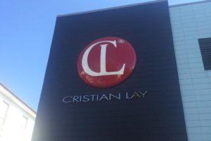 Logotipo en poliester 4,5 metros de diámetro lacado al horno para Cristian Lay