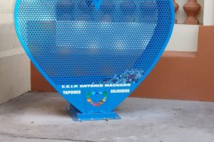 Corazón para recogida de tapones de plástico solidario en CEIP Antonio Machado